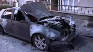 Quatro carros destruídos em incêndio em Odivelas. Veja as imagens