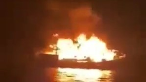 Barco arde e naufraga em Sesimbra. 13 tripulantes salvos