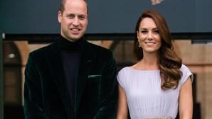 Duques de Cambridge quebram protoloco real com os filhos