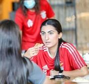 Sadaf Sharifzada, futebolista afegã com jogadoras do Benfica