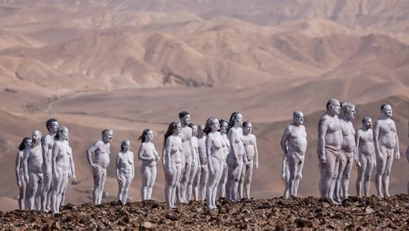 Duzentas pessoas despiram-se no deserto do Mar Morto para fotografias de Spencer Tunick
