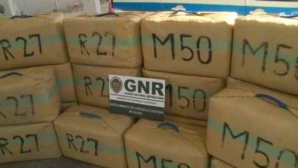 Traficantes deitam 30 fardos de haxixe borda fora em Faro e conseguem escapar