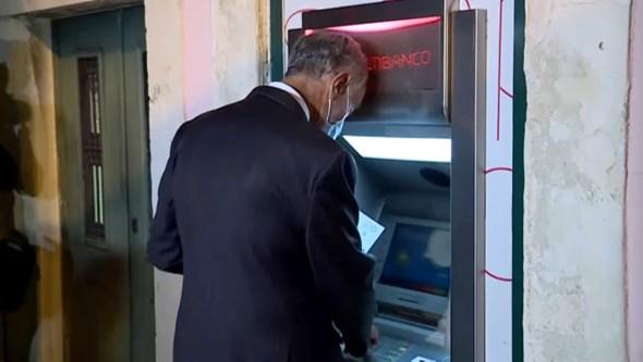 Marcelo em silêncio vai ao multibanco pagar conta após chumbo do Orçamento do Estado. Veja o momento