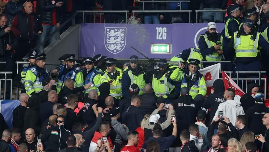 Confrontos em Wembley durante o jogo de Inglaterra frente à Hungria