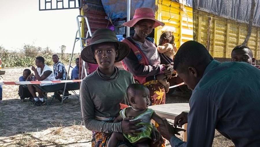 Enfermeira dos Médicos Sem Fronteiras vacina um bebé contra a tuberculose