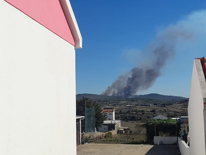 Quatro meios aéreos combatem chamas em Almargem do Bispo, em Sintra