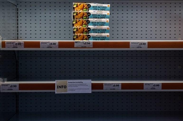 Prateleiras dos supermercados denunciam cada vez mais a escassez dos bens de primeira necessidade.