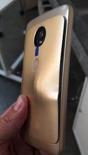 Bala foi travada pela capa protetora do telemóvel.